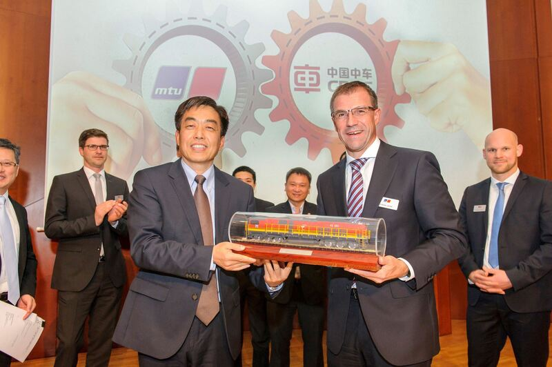 Dayong Chen und Andreas Schell. Foto: Rolls-Royce Power Systems AG