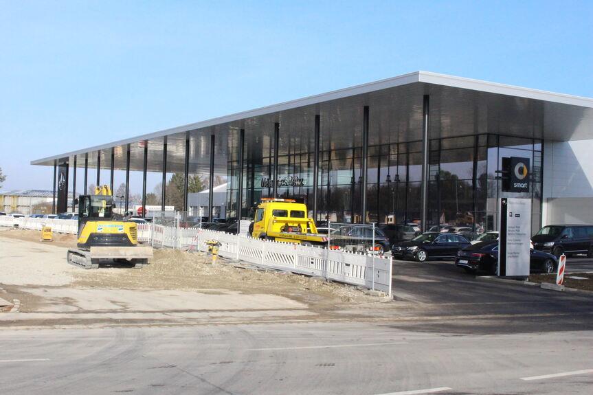 mercedes so sieht das autohaus der zukunft in augsburg. Black Bedroom Furniture Sets. Home Design Ideas