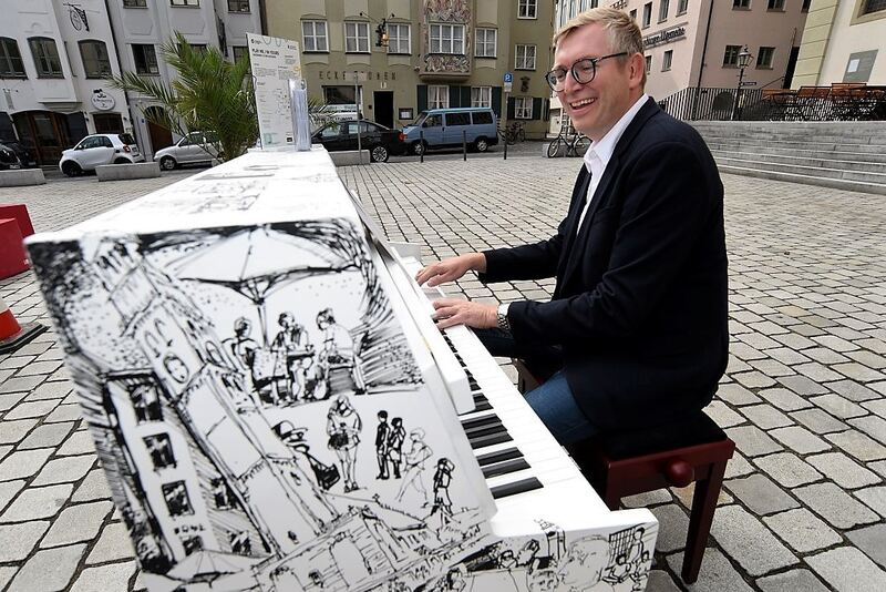 Play me, I'm yours - Ekkehard Schmölz am Klavier. Foto: Augsburg Marketing